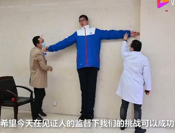 四川14岁男孩高221厘米(任柯宇)