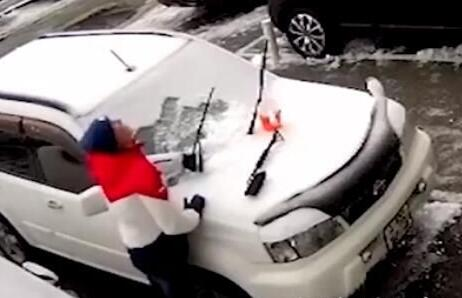 男子扫雪时突然掉头就跑 随后恐怖一幕让人心惊胆战(图)