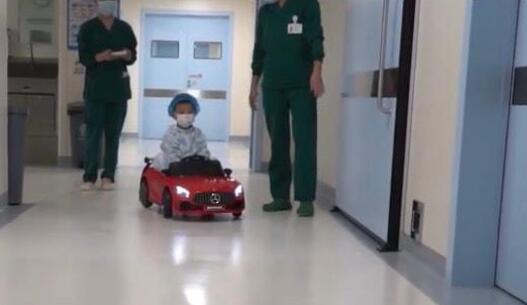 医院让孩子坐小火车排队看病